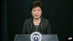 박근혜한국 대통령이 4일청와대에서 '최순실국정개입 의혹'과 관련하여대국민담화를발표하고 있다.