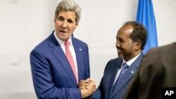 克里(左)在摩加迪沙會晤了索馬里總統馬哈茂德(右)