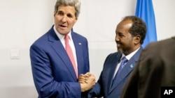 Sakataren Harkokin Wajen Amurka John Kerry da Shugaban Somaliya Hassan Sheikh Mohamud a Mogadishu, Somaliya, May 5, 2015.