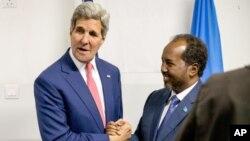 Menlu AS John Kerry bertemu Presiden Hassan Sheikh Mohamud saat kunjungan ke Mogadishu, Somalia, 5 Mei tahun 2015 (foto: dok).
