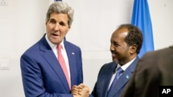 Secretary of State John Kerry meets with President Hassan Sheikh Mohamud at the airport in Mogadishu, Somalia, May 5, 2015.