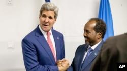 Menteri Luar Negeri AS John Kerry bertemu Presiden Somalia Hassan Sheikh Mohamud di bandara Mogadishu, Somalia (5/5). (AP/Andrew Harnik)