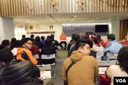 香港觀選團到訪親民黨總統候選人宋楚堬競選總部。(美國之音湯惠芸)