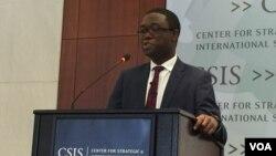 资料照片:阿德耶莫在担任负责国际经济的副国家安全顾问时在华盛顿的一个智库发表讲话。(美国之音莉雅拍摄)