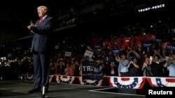ຜູ້ຖືກສະເໜີຊື່ໃຫ້ສະໝັກ ເປັນປະທານິບໍດີ ທ່ານ Donald Trump ມາເຖິງເວທີໂຄສະນາຫາສຽງ ທີ່ Wilkes-Barre ລັດ Pennsylvania.