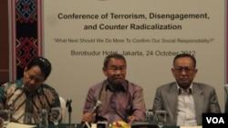 Kepala Badan Nasional Penanggulangan Terorisme (BNPT), Ansyaad Mbai (tengah), bersama Ahmad Baedowi (kiri) dan Syafii Mufid dari Institute for Society Empowerment (INSEP). (VOA/Andylala Waluyo)