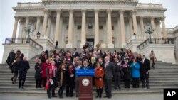 El congresista Xavier Becerra y otros legisladores demócratas dieron a conocer la petición frente al Capitolio.