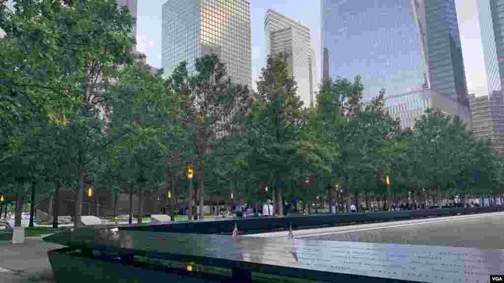 Los homenajes se realizan en la plaza conmemorativa en el sitio delWorld Trade Centeren la ciudad de Nueva York, en el Pentágono, en las afueras de Washington, D.C.