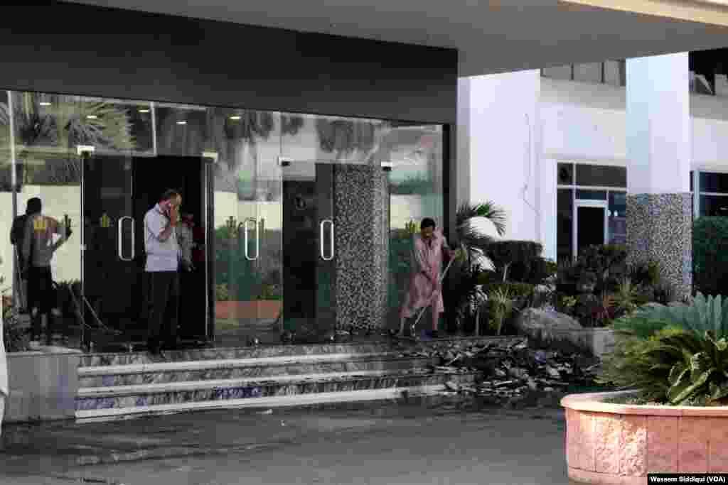 ابتدائی اطلاعات کے مطابق پیر ہوٹل 'ریجنٹ پلازہ' کے کچن میں اچانک آگ بھڑک اٹھی جو دیکھتے ہی دیکھتے عمارت کی چھٹی منزل تک پھیل گئی۔