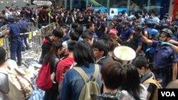 黃之鋒等學生領袖26號在旺角被警方拘捕前(美國之音海彥拍攝)