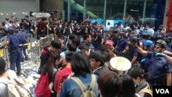 黄之锋等学生领袖26号在旺角被警方拘捕前(美国之音海彦拍摄)