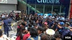 黄之锋等学生领袖11月26号在旺角被警方拘捕前(美国之音海彦拍摄)