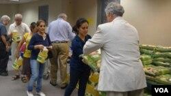 Warga sekitar mendapat bantuan bahan pangan breupa beras dan minyak dari organisasi nirlaba Islam, Faith.
