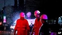 16일 아르헨티나 수도 부에노스 아이레스에서 정전이 발생한 후 기술자들이 설비 점검 작업을 하고 있다.