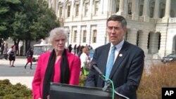 霍尔特议员(右)推出预防自杀新法案 站在他左边的是琳达.比恩