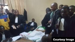 """Le député provincial de Kinshasa, Gérard Mulumba, a comparu """"devant un tribunal qui a siégé dans son lieu d'hospitalisation"""", à Kinshasa, RDC, 23 février 2018. (Twitter/Wakenge)"""