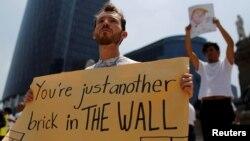 Người biểu tình phản đối chuyến thăm của ông Donald Trump ở thành phố Mexico, Mexico, 31/8/2016.