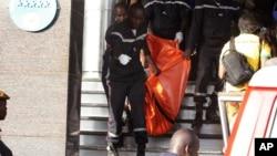 Les secours transportent le corps d'une victime à l'hôtel Radisson, à Bamako, Mali, 20 novembre 2015.