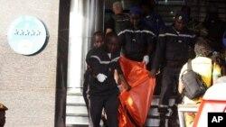 Thi thể nạn nhân được đưa ra khỏi khách sạn Radisson sau vụ tấn công hôm 20/11/2015.