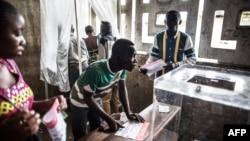 ຜູ້ລົງຄະແນນສຽງຫຼາຍຄົນ ທີ່ໜ່ວຍເລືອກຕັ້ງ ກຳລັງ ປ່ອນບັດເອົາປະທານາທິບໍດີ ໃນເມືອງ Makelele, ນະຄອນຫຼວງ Brazzaville, ປະເທດ ຄອງໂກ. 20 ມີນາ, 2016.