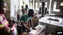 Para pemilih Kongo memberikan suara pada pilpres di sebuah TPS Makelele, di Brazzaville, Minggu (20/3).