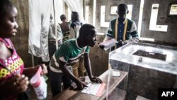 Voters are seen at a polling station during presidential elections in Makelele, Brazzaville, March 20, 2016. Congo began voting on March 20 under a media blackout, in a tense ballot expected to see President Denis Sassou Nguesso prolong his 32-year rule.