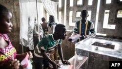 Les citoyens viennent voter lors de l'élection présidentielle à Makelele, Brazzaville, le 20 mars 2016.