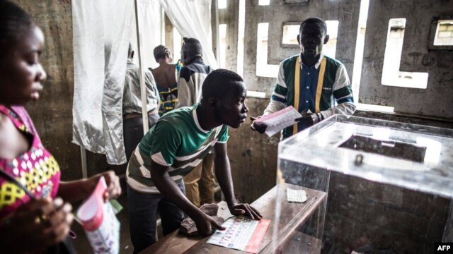 Voters are seen at a polling station during presidential elections in Makelele, Brazzaville, March 20, 2016.   Congo began voting on March 20 under a media blackout, in a tense ballot expected to see President Denis Sassou Nguesso prolong his 32-year rule