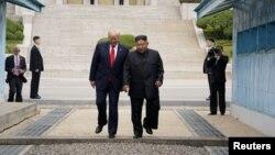 Tổng thống Mỹ Donald Trump (trái) gặp lãnh đạo Triều Tiên Kim Jong Un tại khu phi quân sự giữa hai miền Triều Tiên vào ngày 30/6/2019.