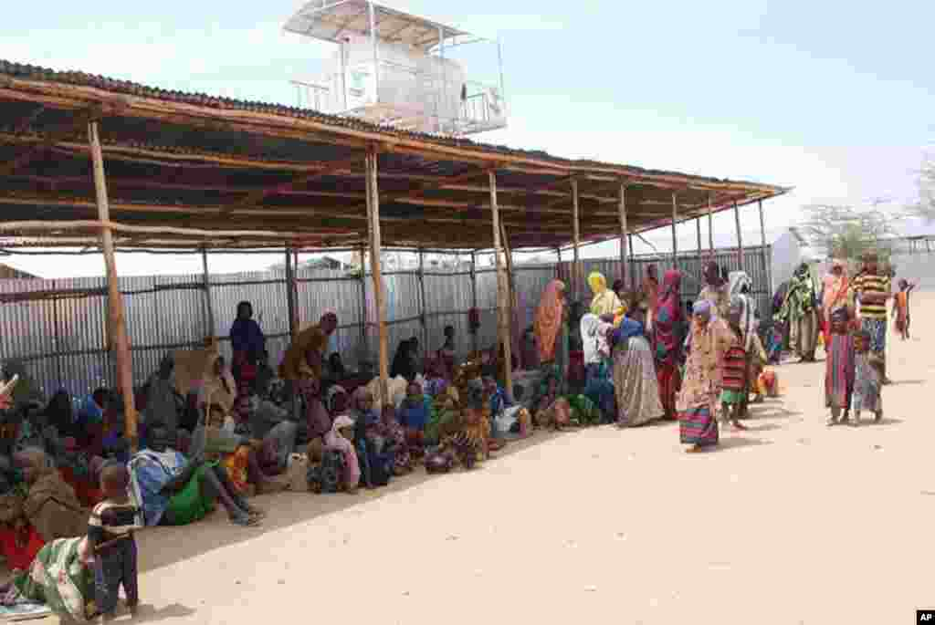 New arrivals rest in the shade at the Dollo Ado reception center after their long journey from Somalia. VOA - P. Heinlein