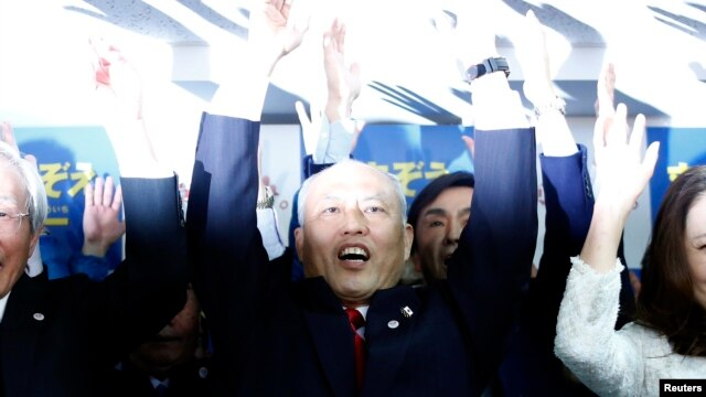 Japan's former Health Minister Yoichi Masuzoe cheers with supporters at his office in Tokyo, Feb. 9, 2014.