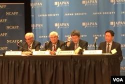 日本协会和美国外交政策全国委员会召开有关亚太力量平衡的研讨会,从左至右扎戈里亚、科萨、高原明生和任晓 (美国之音章真拍摄)