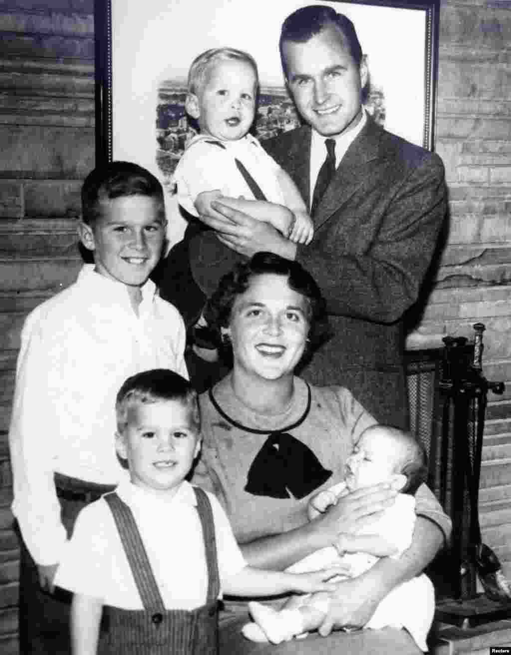 1956年乔治·布什的全家福照片。