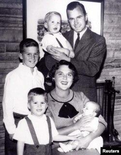 Vợ chồng Bush và các con trong một bức ảnh chân dung gia đình năm 1956