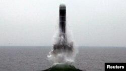 북한이 지난해 10월 동해 원산만 수역에서 신형 잠수한탄도미사일(SLBM) '북극성-3형' 시험발사에 성공했다며 공개한 사진.