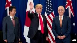 2017年11月13日,在菲律宾马尼拉举行东南亚国家联盟首脑会议期间,美国总统川普,日本首相安倍晋三和澳大利亚总理马尔科姆·特恩布尔在会议上向记者挥手致意。