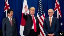 Thủ tướng Nhật Shinzo Abe (trái), Tổng thống Hoa Kỳ Donald Trump, và Thủ tướng Australia Malcolm Turnbull tại Manila, ngày 13/11/2017.