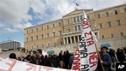그리스 국회의사당 앞에서 재정 감축안에 반대하는 시위대