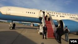 克里专机在安德鲁斯空军基地准备起飞(美国之音莉雅拍摄)