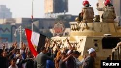 Tentara Mesir mengamankan Lapangan Tahrir di Kairo (28/11). Inggris menutup kedutaannya di Kairo karena meningkatnya keprihatinan masalah keamanan di Mesir.