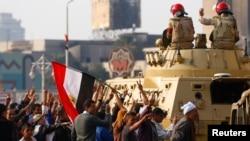 埃及总统的支持者在开罗示威反对穆斯林兄弟会,向军人欢呼。(2014年11月28日)