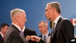美国国防部长马蒂斯(左)2017年6月29日在布鲁塞尔的北约总部参加北约国防部长会议时与北约秘书长斯托尔滕贝格(右)交谈。
