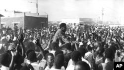 Le Premier ministre Moise Tshombe de la province séparatiste congolaise du Katanga avec une foule enthousiaste lors d'une courte escale qu'il a faite dans la banlieue du Kenya près d'Elisabethville, Katanga, le 26 août 1960.