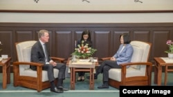 台湾总统蔡英文2018年6月1日在总统府会见美国共和党籍参议员戴维·珀杜。(台湾总统府照片)
