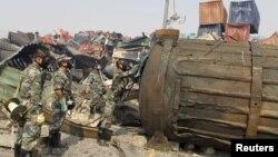 16일 방독면을 쓴 군인들이 중국 톈진 폭발 사고 현장을 수색하고 있다.