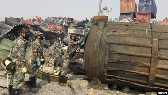 Binh sĩ chống chiến tranh hóa học của Quân đội Giải phóng Nhân dân Trung Quốc đeo mặt nạ kiểm tra một container tại hiện trường vụ nổ ở Thiên Tân, ngày 16/8/2015.