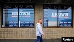 行人走过美国新罕布什尔州曼彻斯特竞选海报