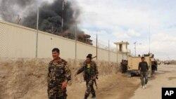 Asap mengepul akibat pertempuran antara pasukan Afghanistan dan militan Taliban di provinsi Helmand (foto: dok).