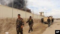 지난 3월 아프가니스탄 헬만드 주에서 정부 군과 탈레반 간 교전이 발생한 가운데, 탈레반 병력이 포진한 건물에서 연기가 솟고 있다. (자료사진)