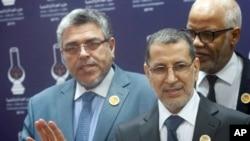 Saad-Eddine El Othmani, Perdana Menteri sekaligus ketua Partai Pembangunan dan Keadilan Islam (PJD) Maroko berbicara di markas partai tersebut ditemani oleh Menteri Kehakiman Mustapha Ramid (kiri) anggota partai Mohamed Yatim (kanan) di Rabat pada 21 Maret 2017.